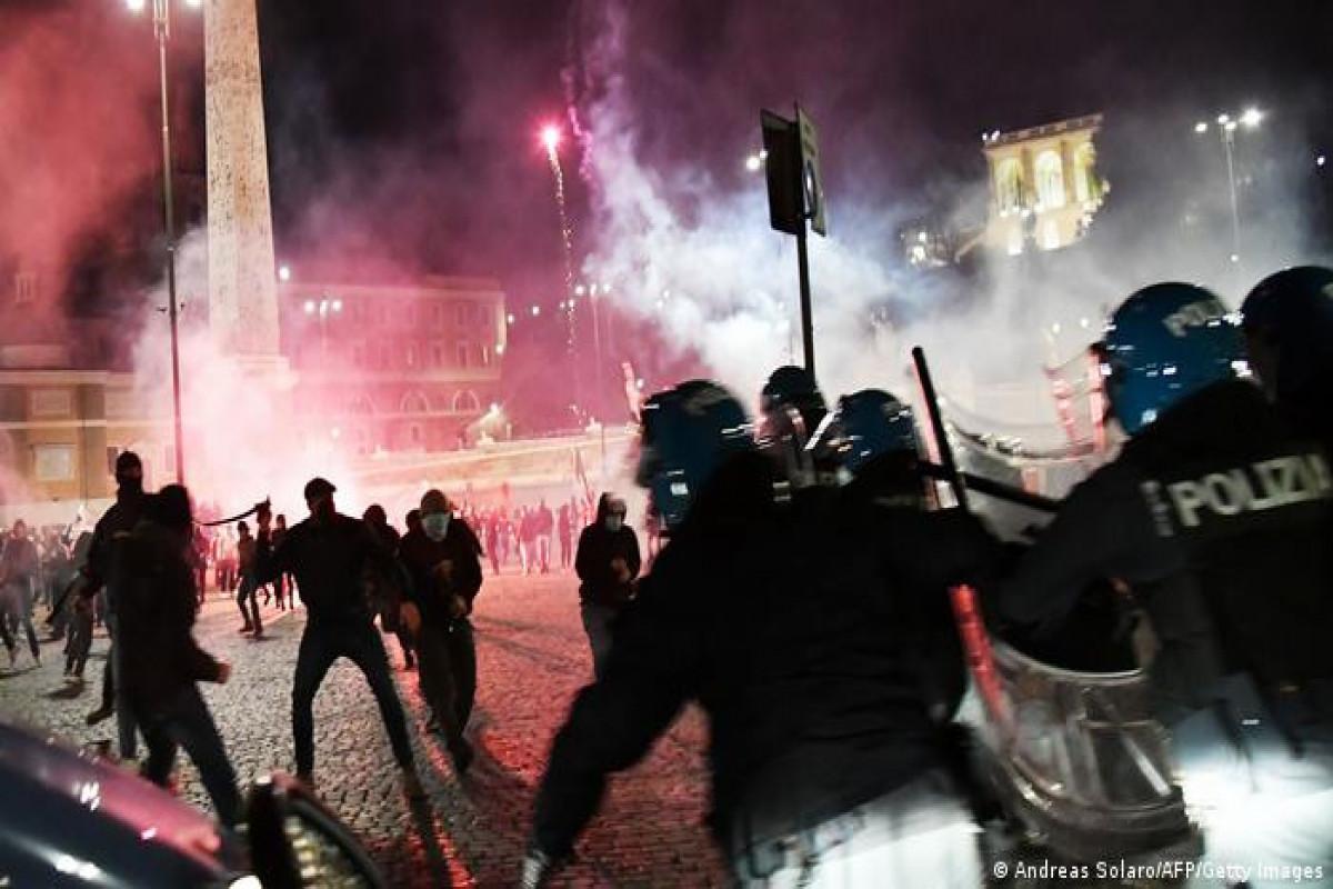 """Romada """"covıd pasportu""""na qarşı nümayişdə polislə qarşıdurma olub"""
