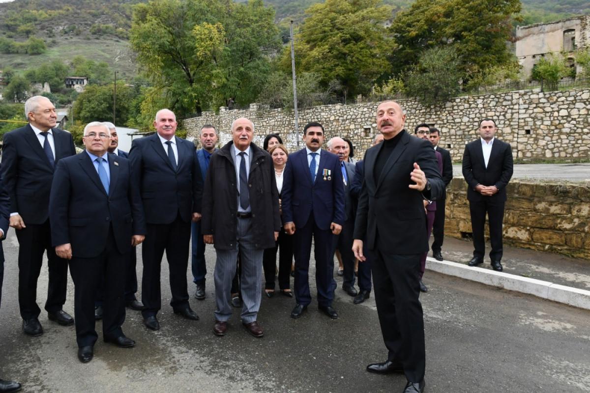 Prezident İlham Əliyev, Xocavənd rayon ictimaiyyətinin nümayəndələri ilə birlikdə Tuğ kəndində