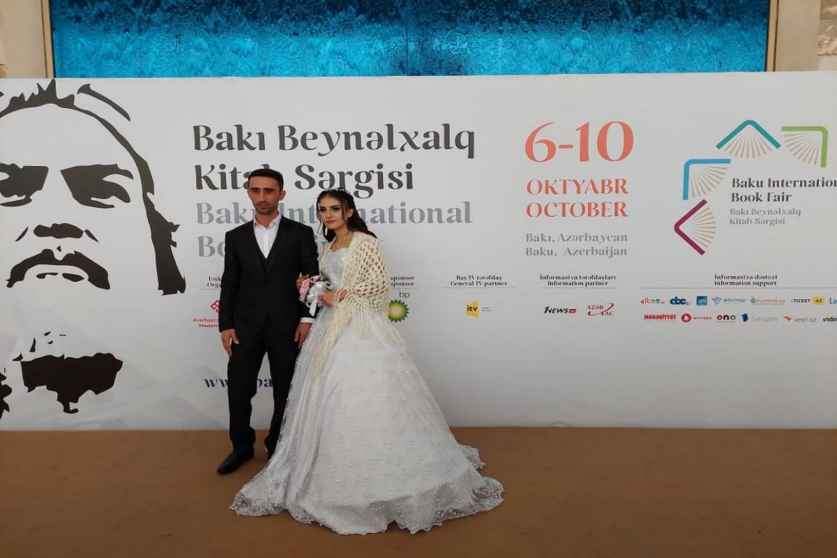 Bakı Beynəlxalq Kitab Sərgisində gənc cütlüyün toy fotosessiyası