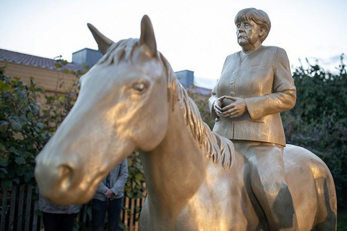 Almaniyada Merkelin at üzərində heykəli hazırlanıb - FOTO
