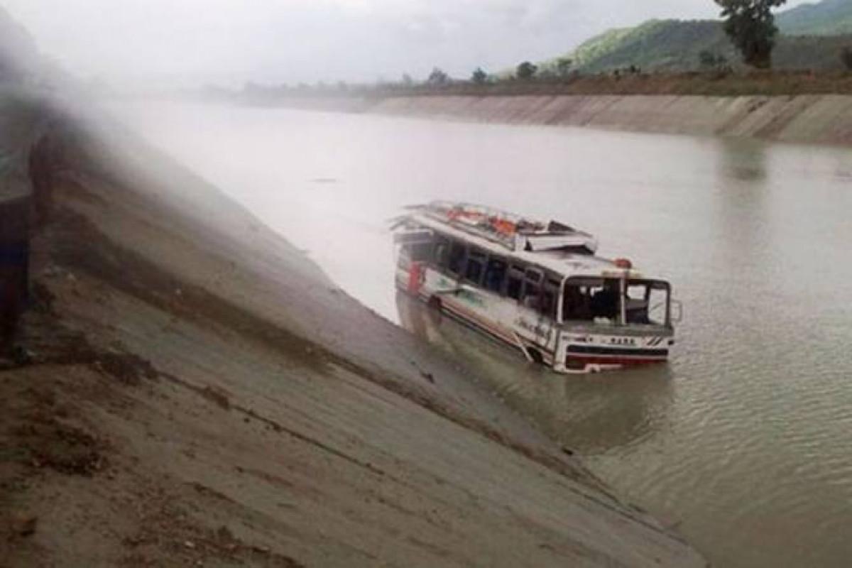 Çində avtobus çaya aşıb, 13 fəhlə itkin düşüb