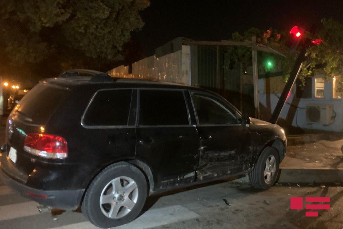 Bakıda işıqforun qırmızı işığında keçən avtomobil qəza törədib - FOTO  - VİDEO