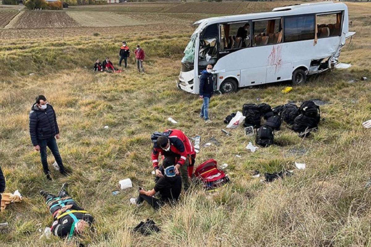 Türkiyədə polis avtobusu qəzaya uğrayıb, 12 nəfər xəsarət alıb
