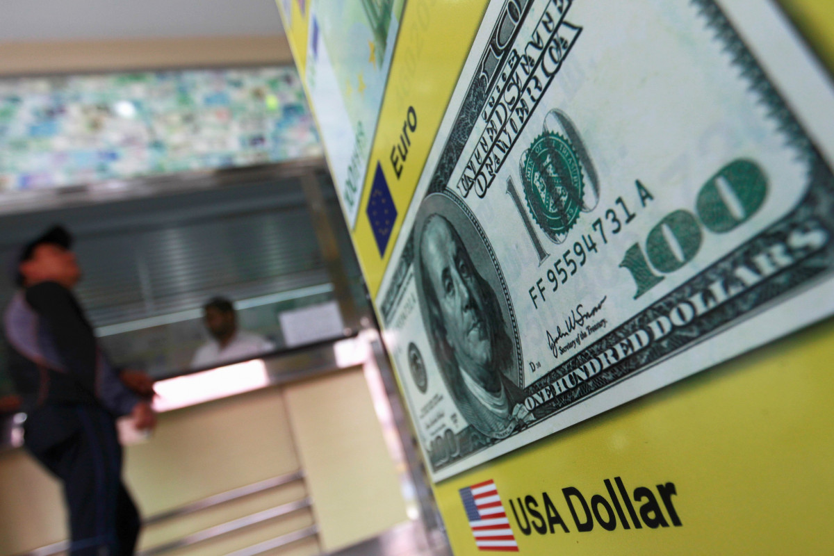 Банки Азербайджана приостановили прием долларов