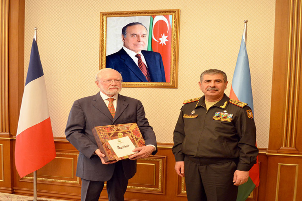 Azerbaijani Defense minister met with French delegation