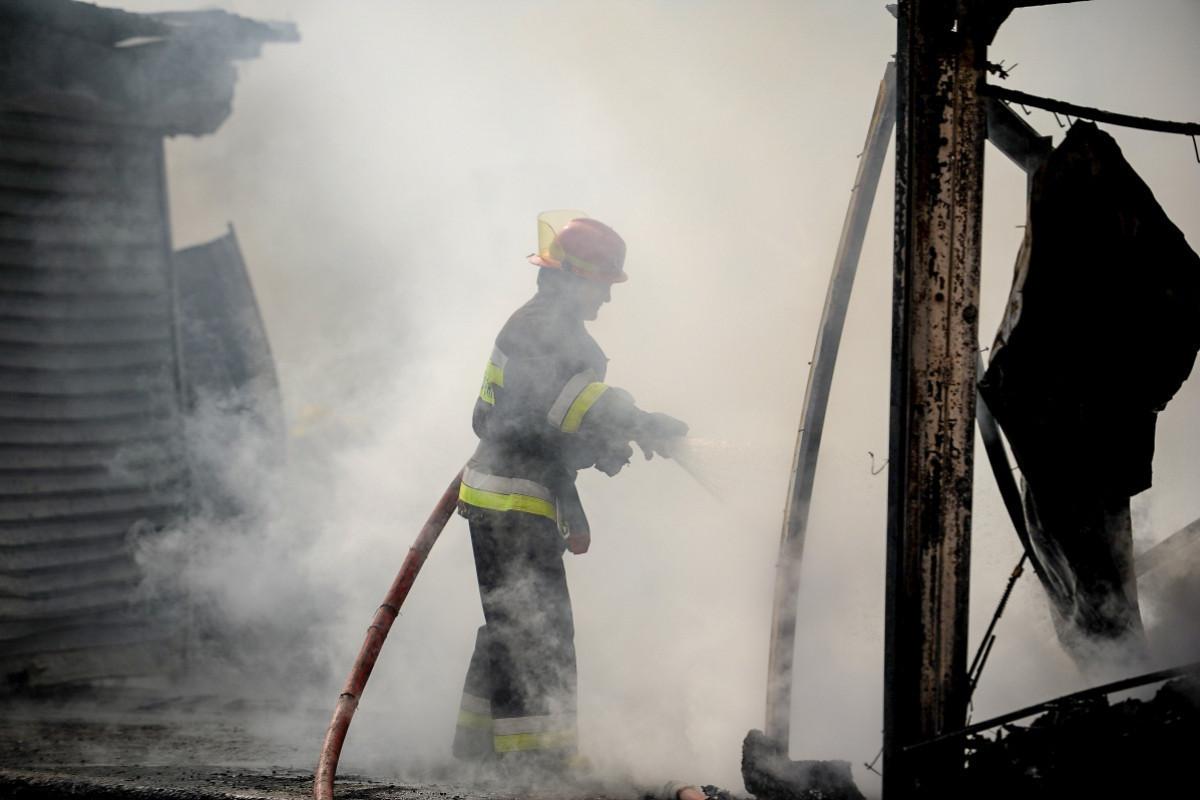 В Баку произошел пожар, один человек отравился дымом