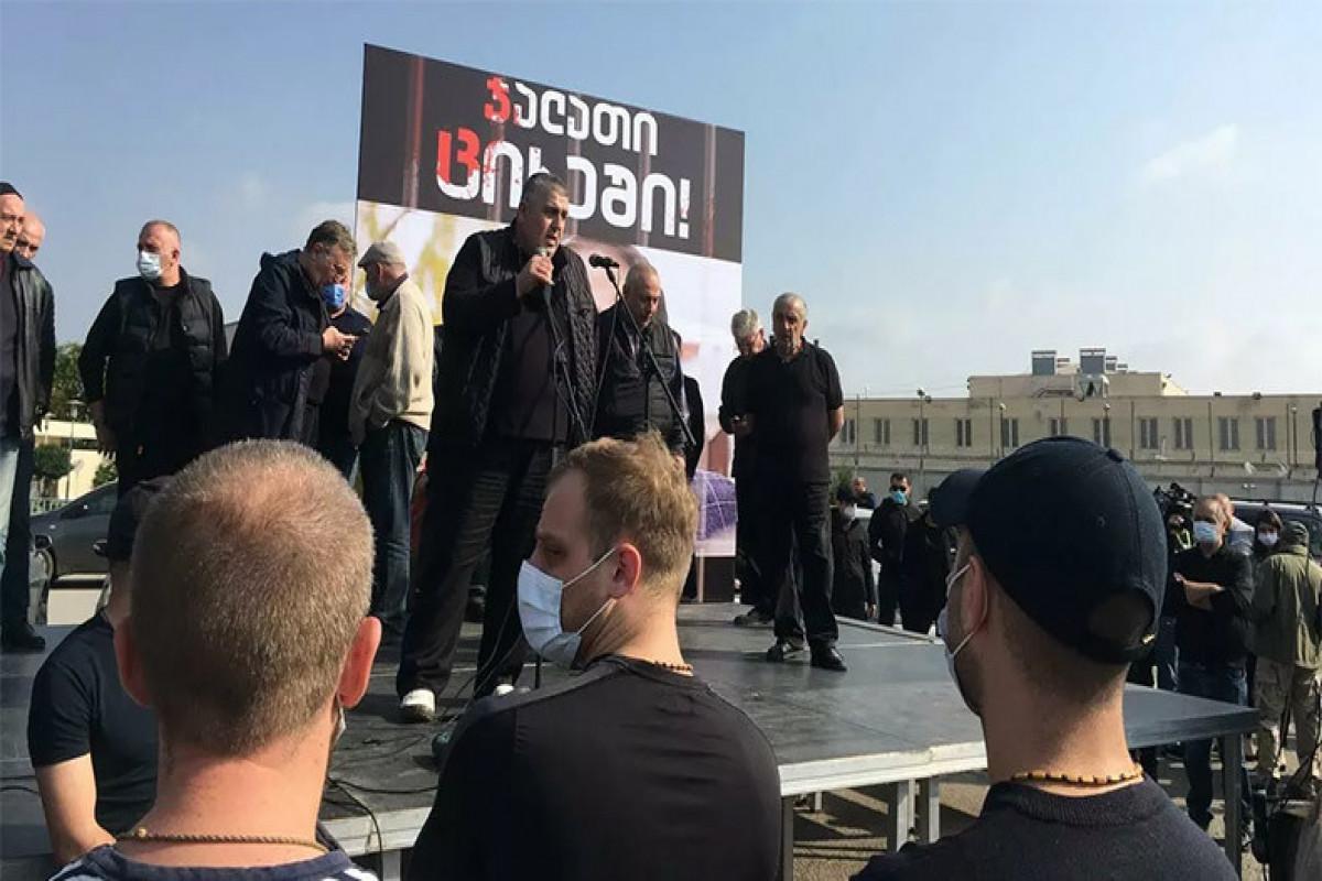Сотни противников Саакашвили провели акцию у тюрьмы в Рустави