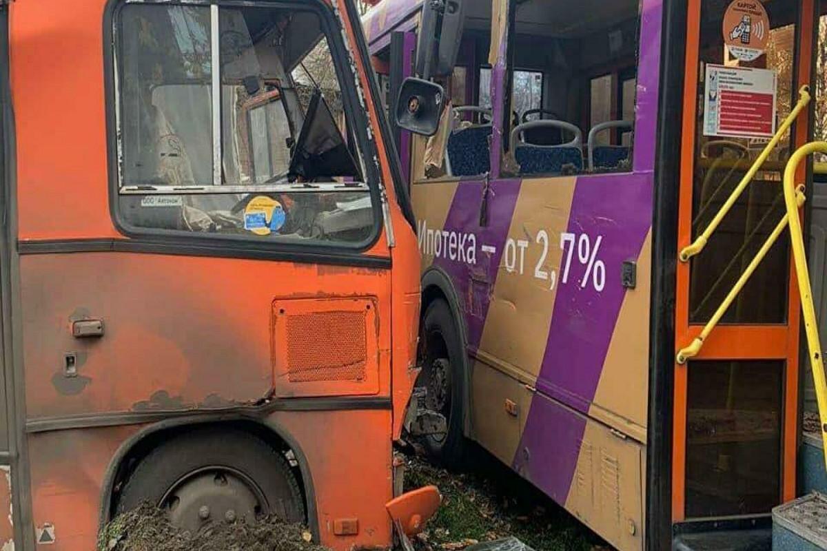 """При столкновении двух автобусов и грузовика в России пострадали24 человека-<span class=""""red_color"""">ВИДЕО"""
