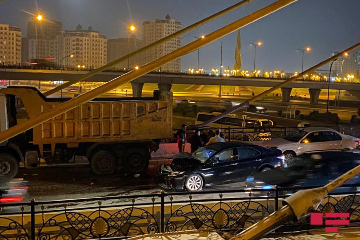"Bakıda minik avtomobili yük maşınına çırpılıb - <span class=""red_color"">FOTO - <span class=""red_color"">VİDEO"
