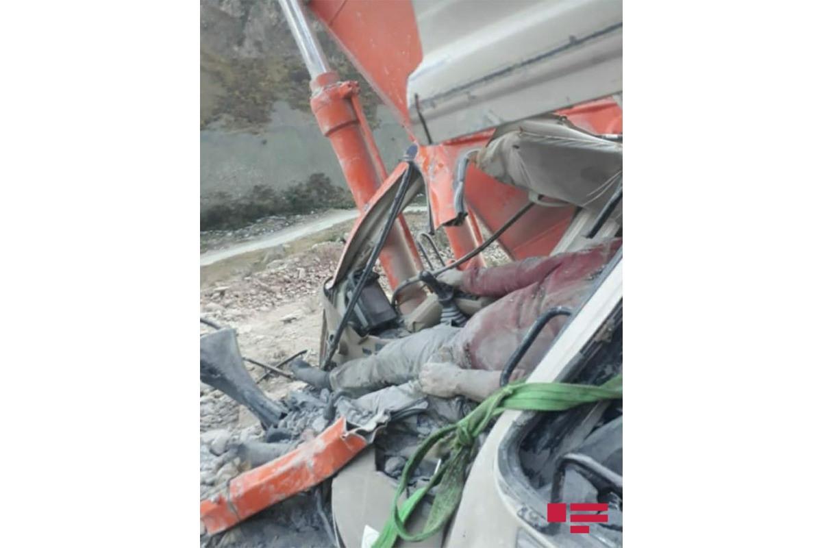 """В Кяльбаджаре на экскаватор упал обломок скалы, есть погибший-<span class=""""red_color"""">ФОТО-<span class=""""red_color"""">ВИДЕО"""