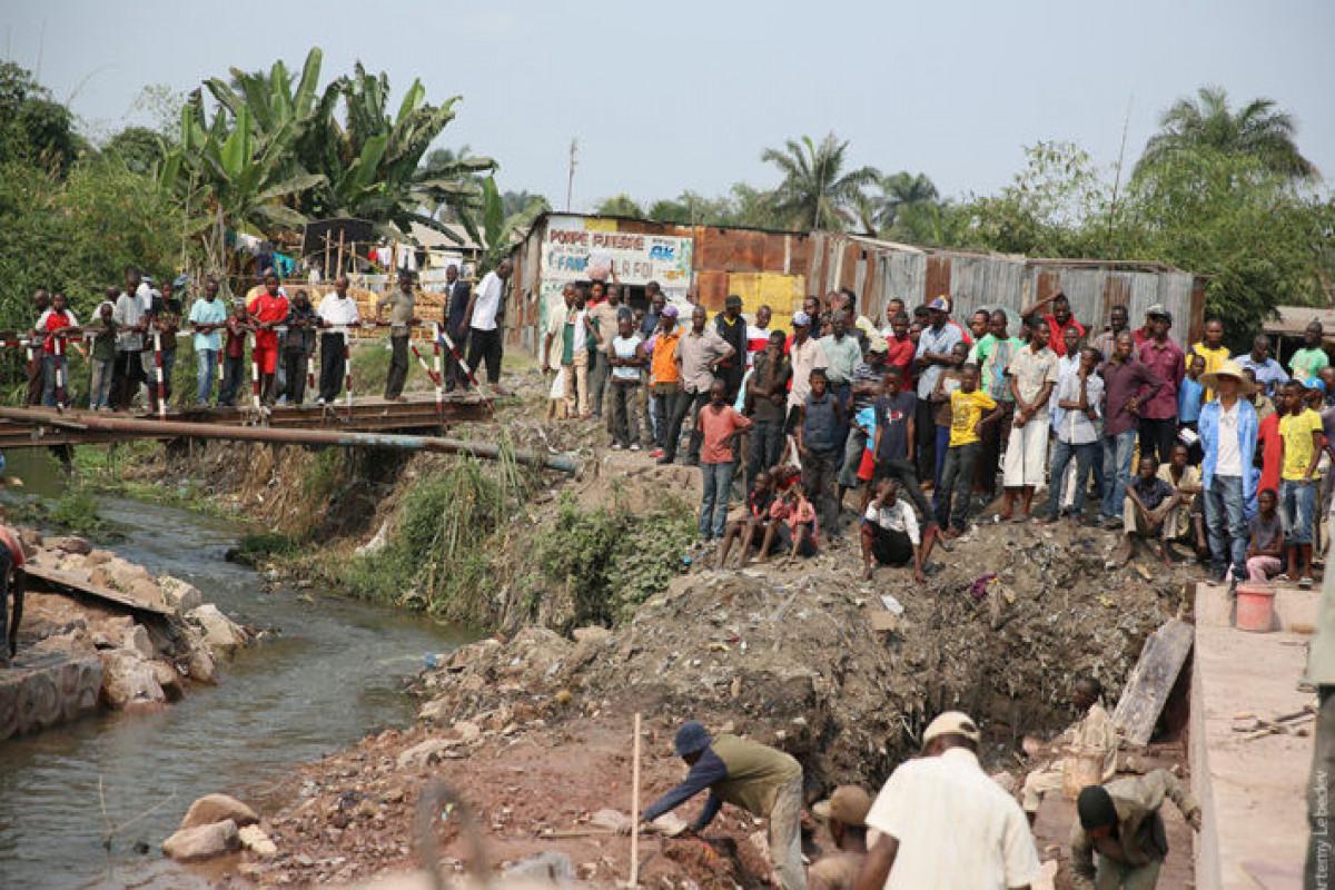 Konqoda yük maşınının çaya aşması nəticəsində azı 50 nəfər ölüb