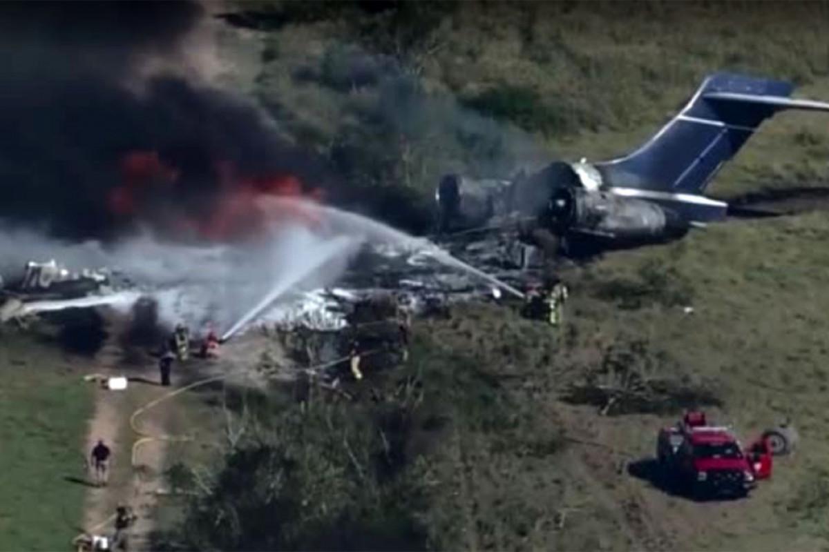 """В США самолет с пассажирами рассыпался на куски при взлете-<span class=""""red_color"""">ВИДЕО"""