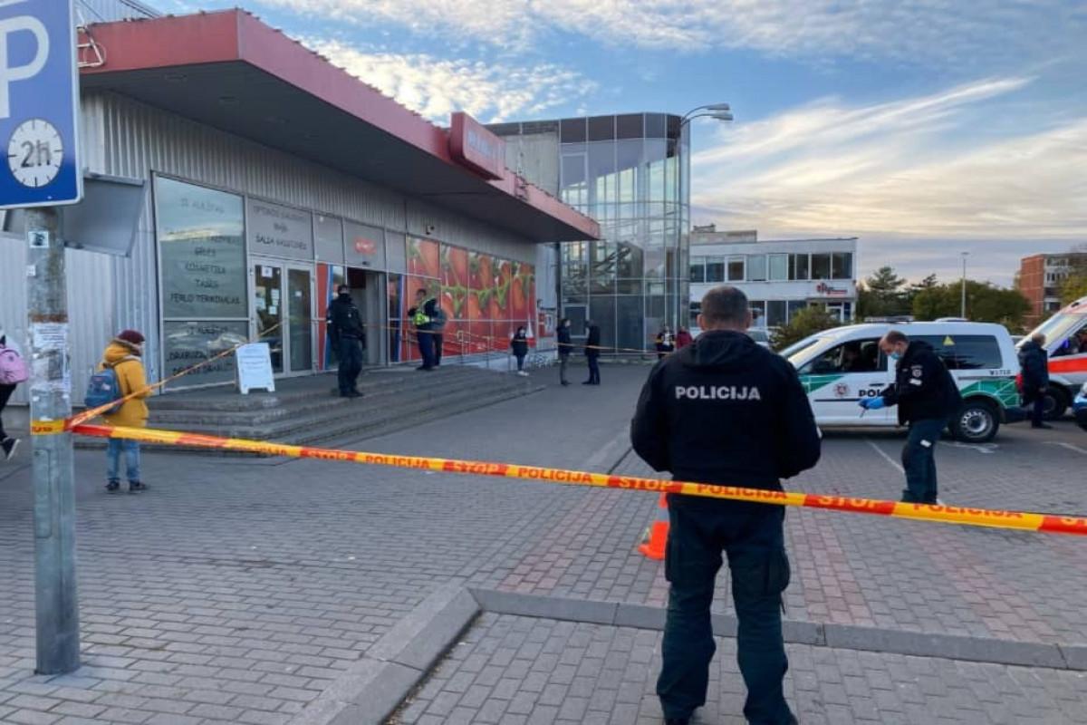 В Литве покупатель прострелил обе ноги охраннику магазина за просьбу надеть маску
