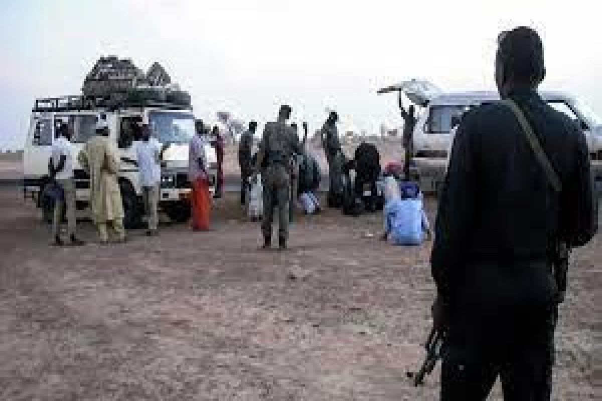 Nigeriyada quldurlar yolu kəsərək azı 30 sərnişini naməlum istiqamətə qaçırıblar