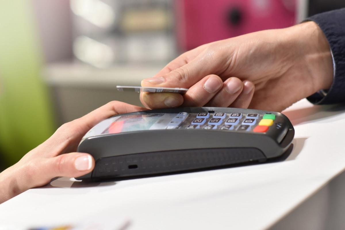 В Азербайджане объем безналичных платежей превысил 7 млрд. манатов