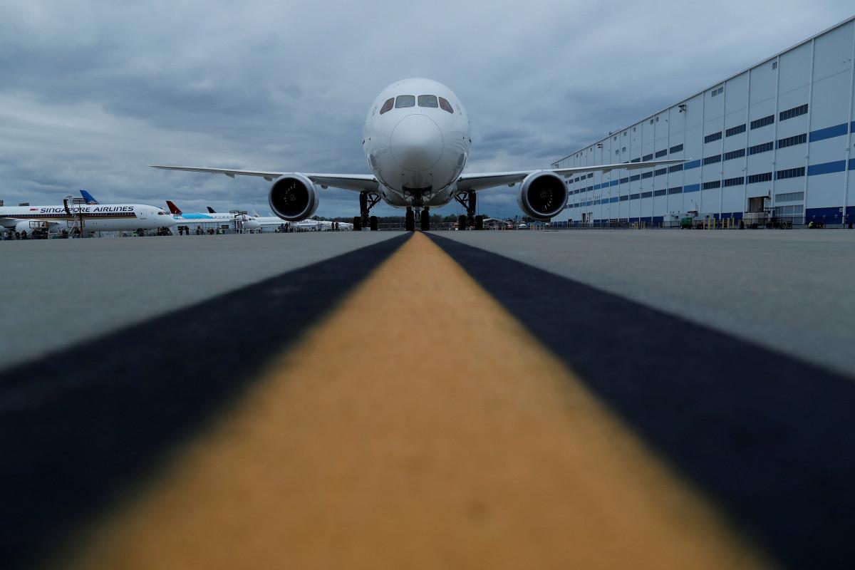 Двум российским авиакомпаниям разрешили полеты из Омска в Баку