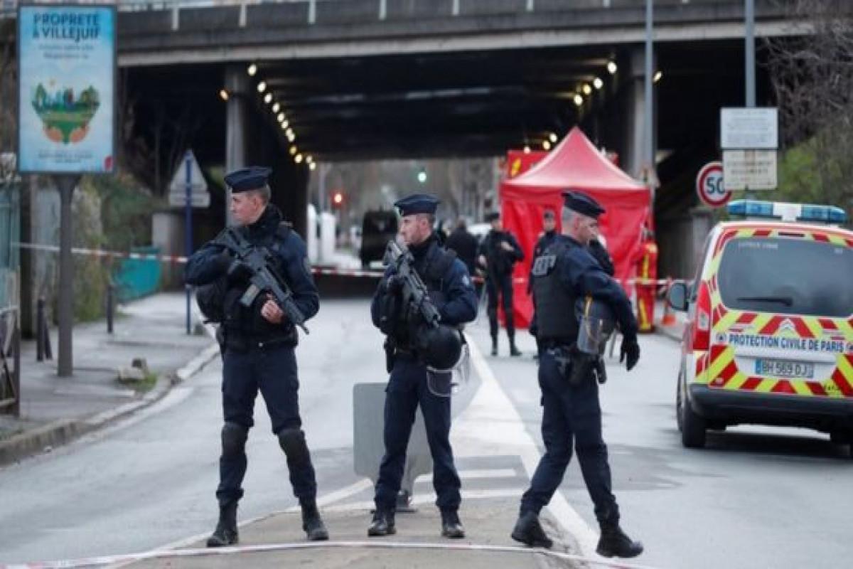 Fransada dini şüarlar səsləndirərək bıçaqla polisi hədələyən sürücü güllələnib