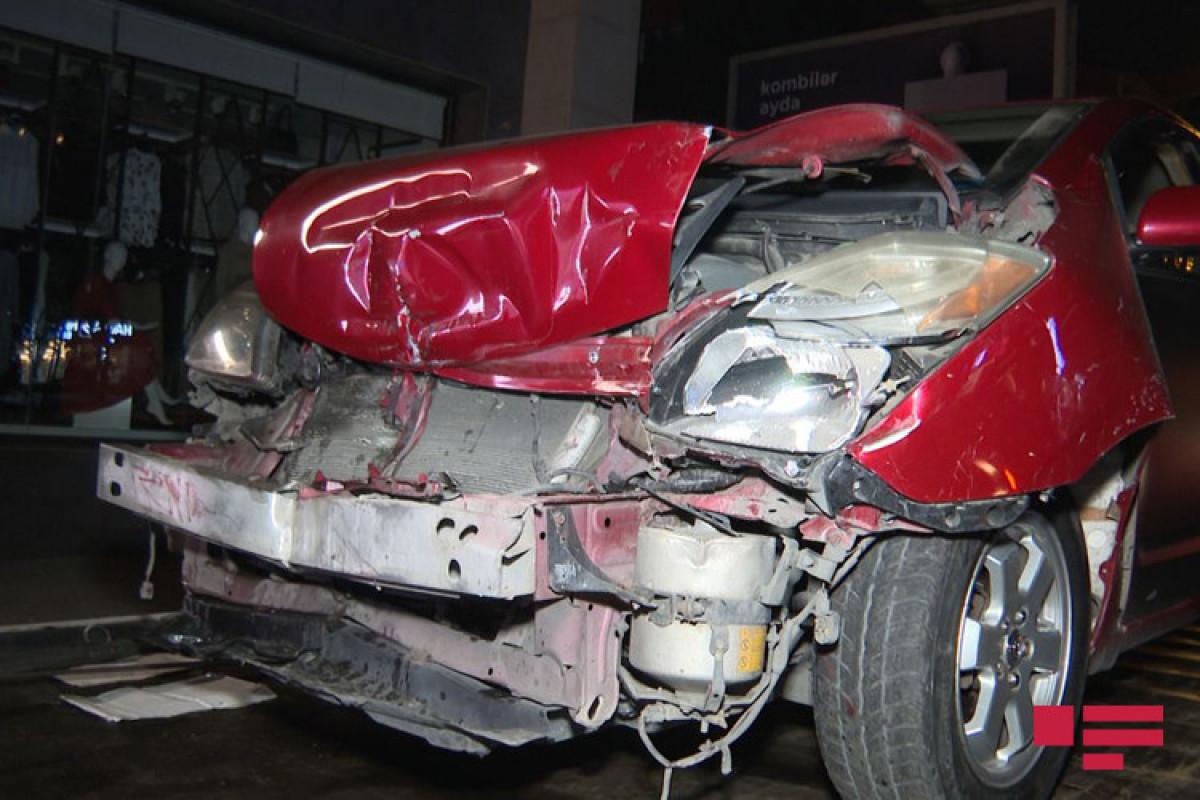 """Bakıda minik avtomobili qəza törədib - <span class=""""red_color"""">FOTO - <span class=""""red_color"""">VİDEO"""