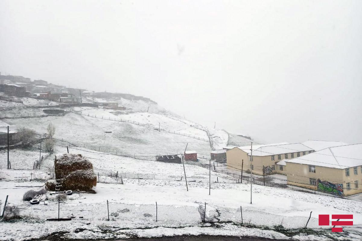 """В северном регионе выпал снег, температура снизилась до 6 градусов ниже нуля-<span class=""""red_color"""">ВИДЕО"""