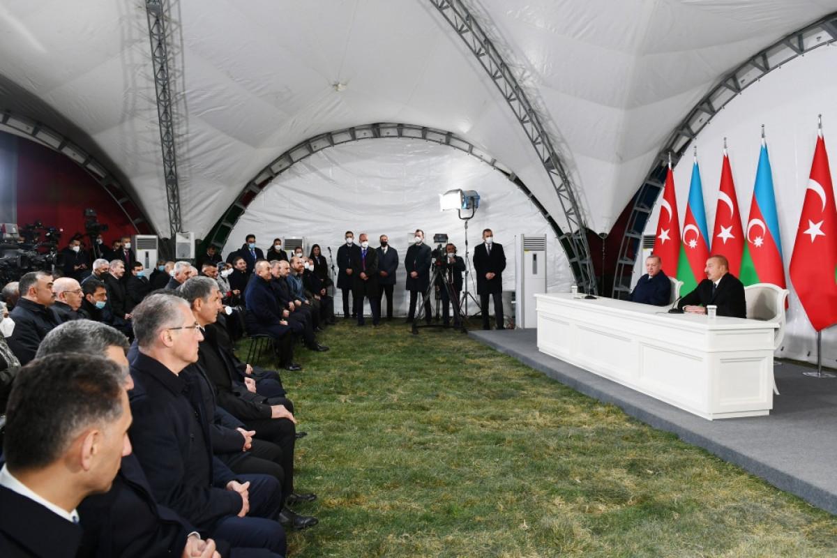 Президенты Азербайджана и Турции выступают с совместным заявлением для прессы