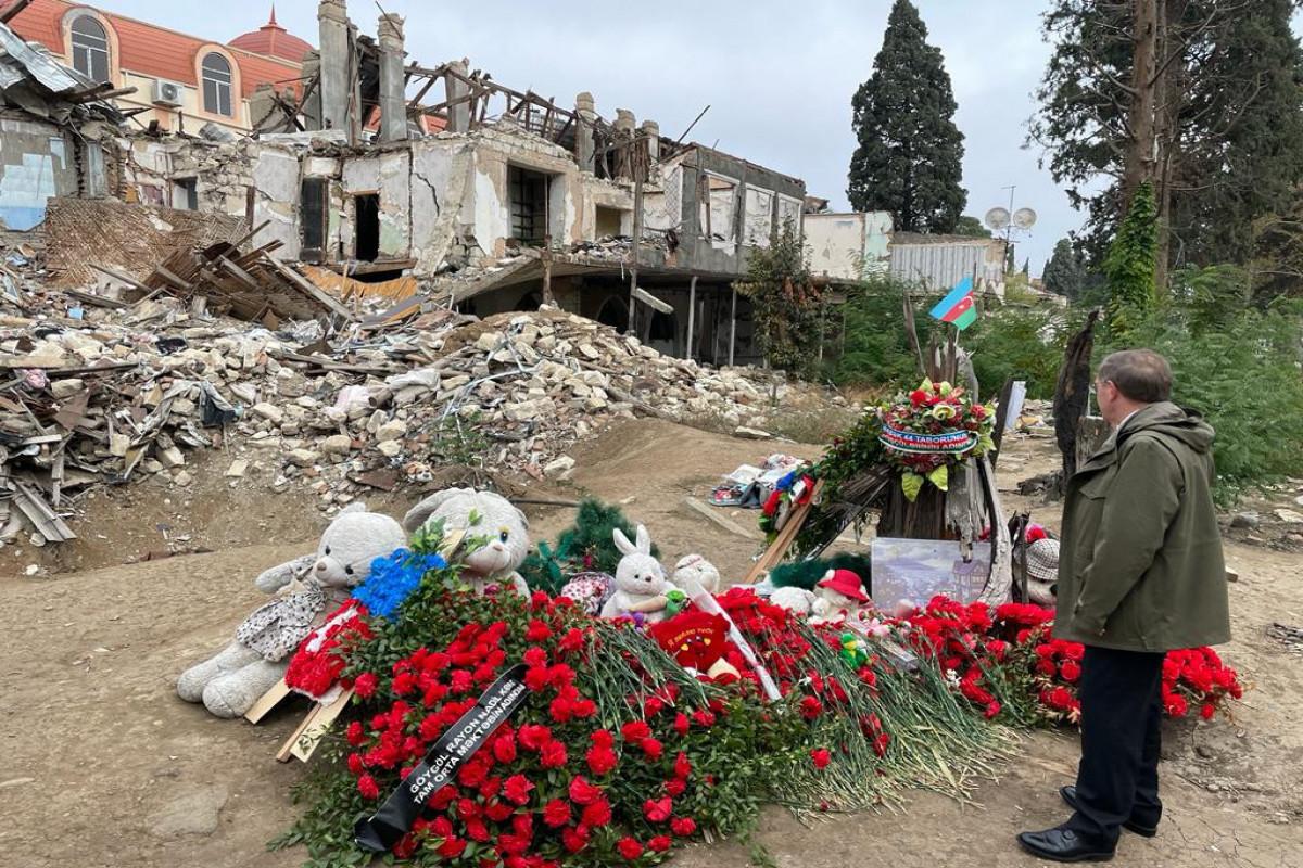 Посол США посетил территории в Гяндже, подвергнутые ракетному обстрелу Арменией
