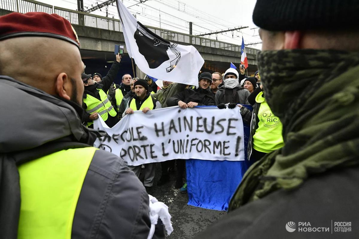 В Париже проходят акции против санитарных пропусков