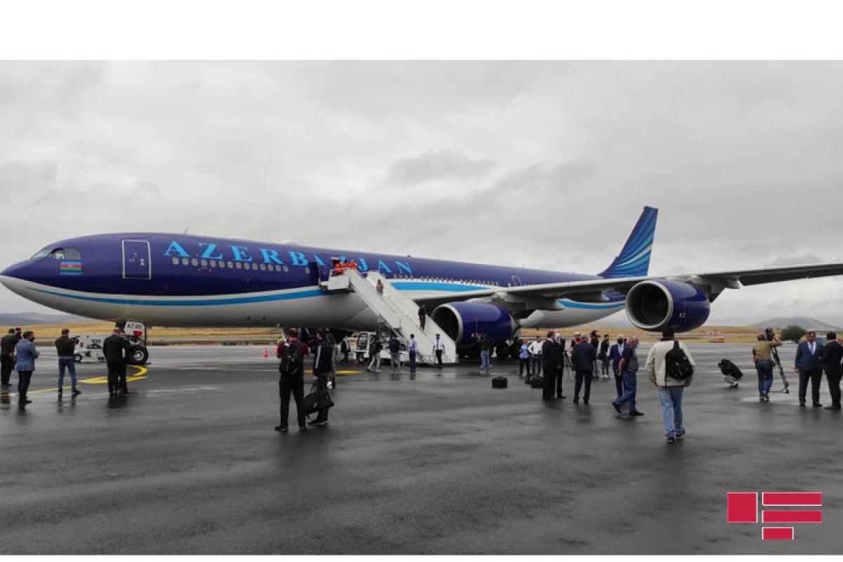 Пассажирский самолет «Карабах» вернулся из Физулинского международного аэропорта в Баку