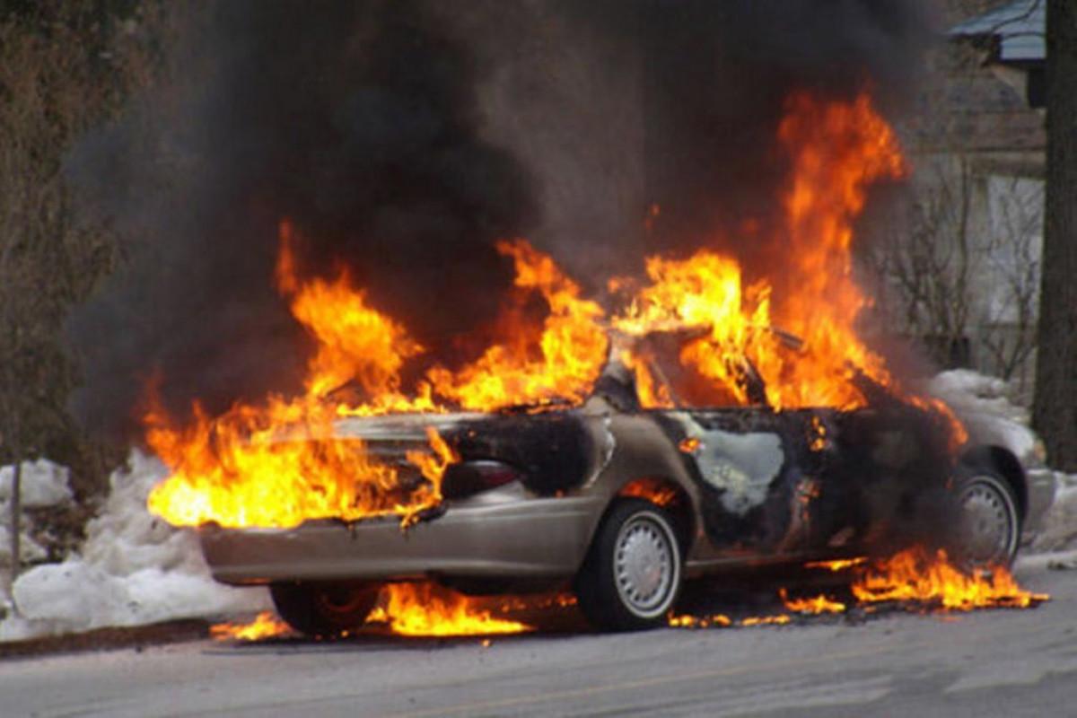 Bakıda dayanacaqda avtomobil yanıb