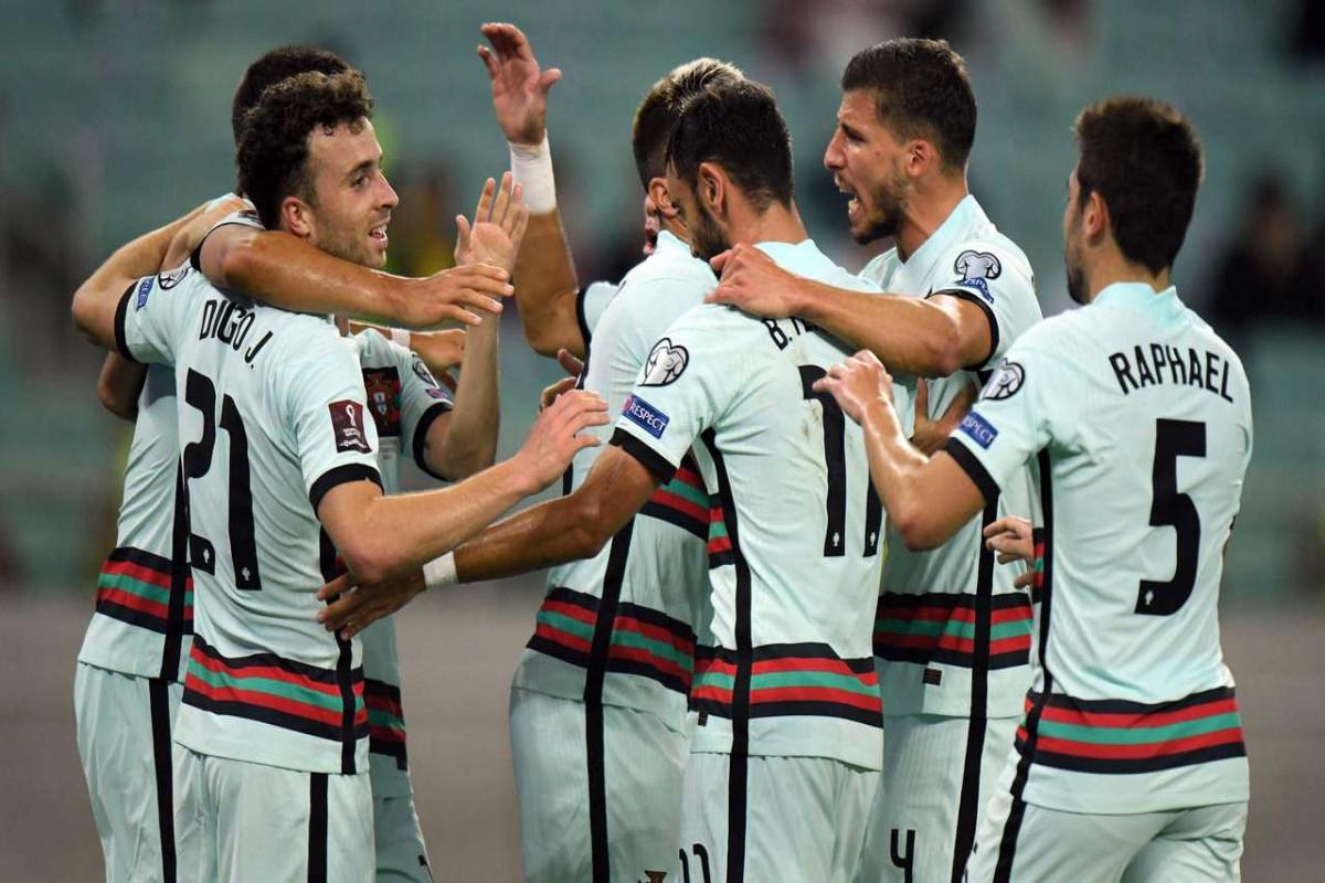 В матче Азербайджан - Португалия на поле выбежали болельщики