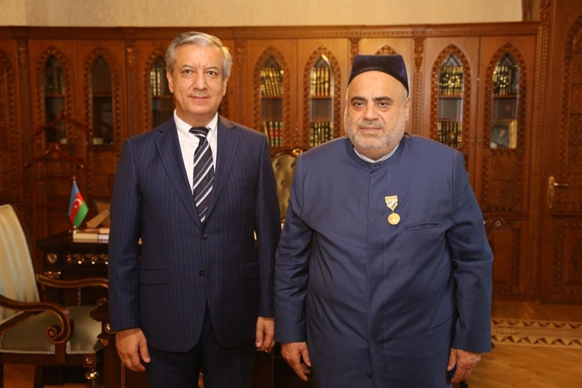 Özbəkistan Prezidenti Allahşükür Paşazadəni təltif edib