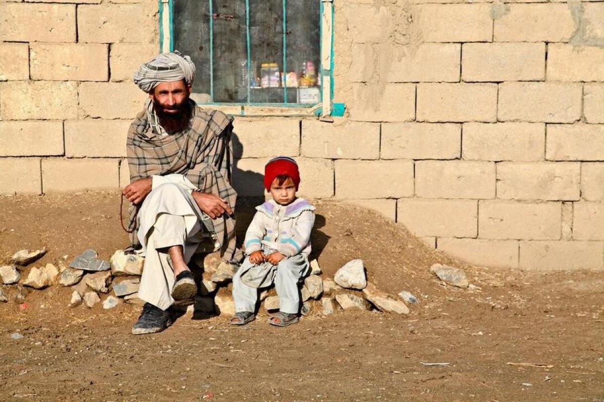 Əfqanıstan sakini Mir Nazir 4 yaşlı qızı Safiyə ilə