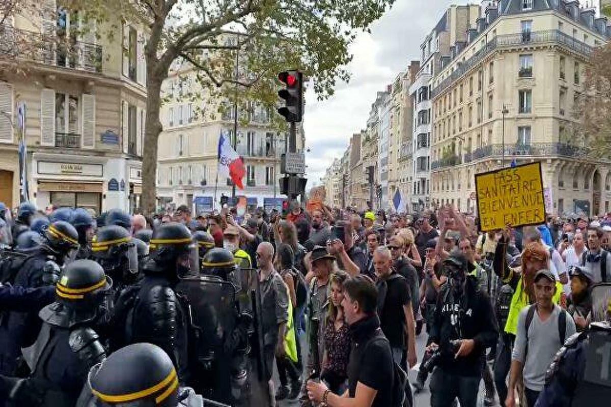 На акции протеста в Париже вспыхнули крупные беспорядки