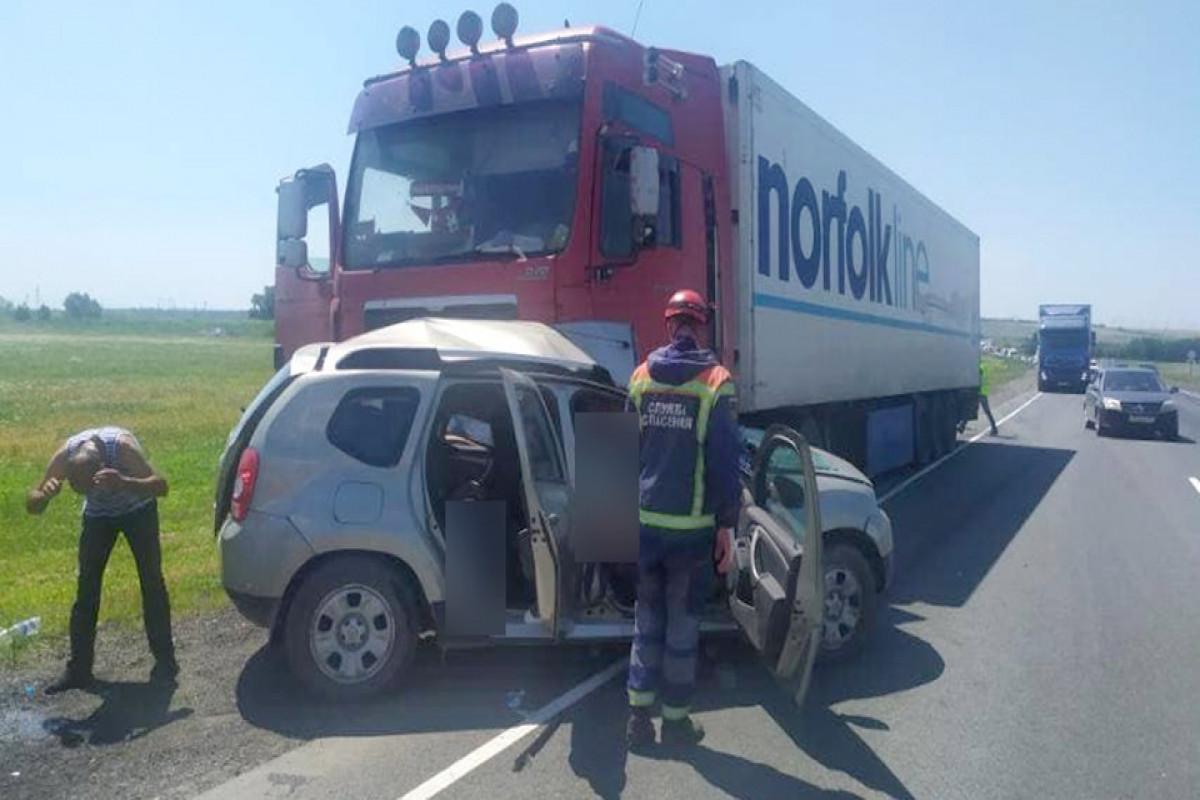 """Rusiyada """"KamAZ""""la minik avtomobilinin toqquşması nəticəsində 3 nəfər ölüb"""