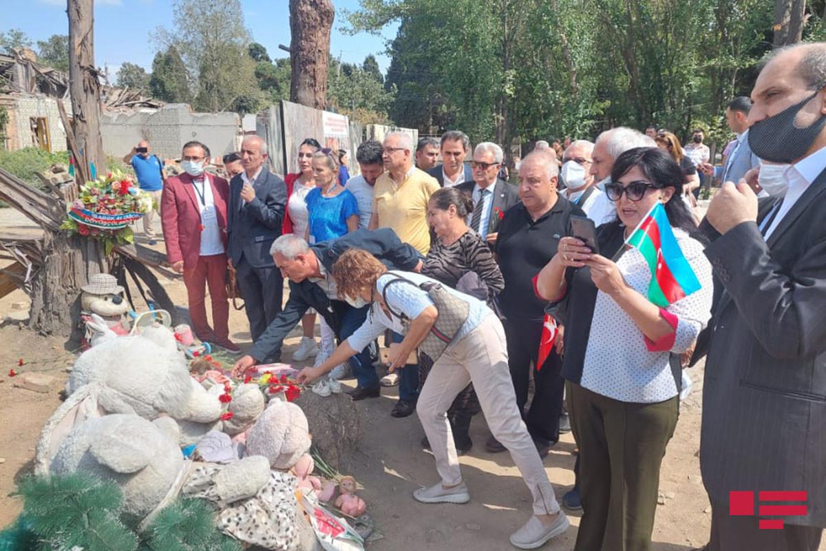 """Известные турецкие публицисты посетили районы Гянджи, разрушенные в результате ракетных обстрелов – <span class=""""red_color"""">ФОТО - ОБНОВЛЕНО - ВИДЕО"""