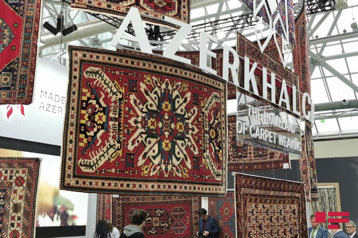 """Карабахские ковры демонстрируются на текстильной выставке в Москве – <span class=""""red_color"""">ФОТО"""
