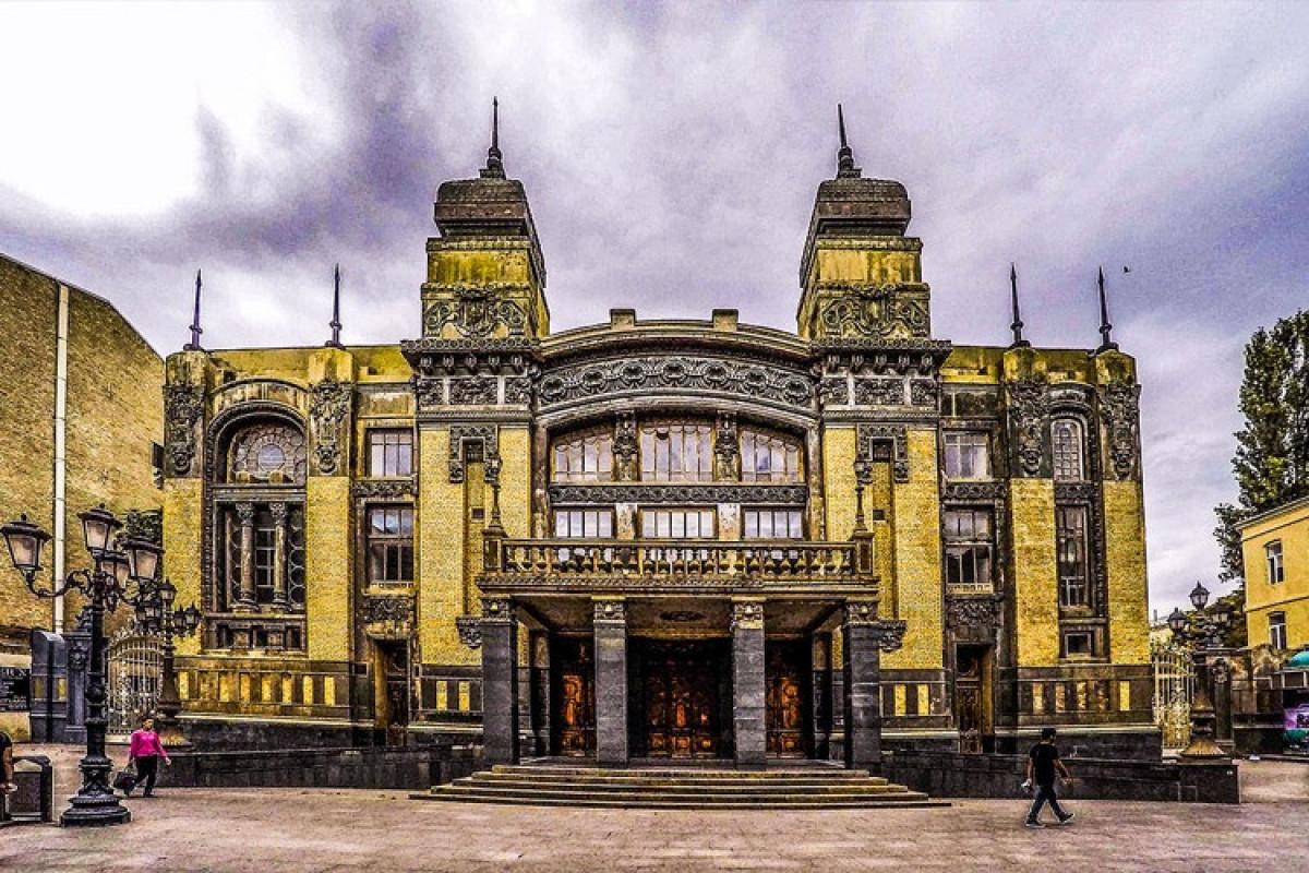 В Азербайджане в театре покажут спектакль впервые с начала пандемии