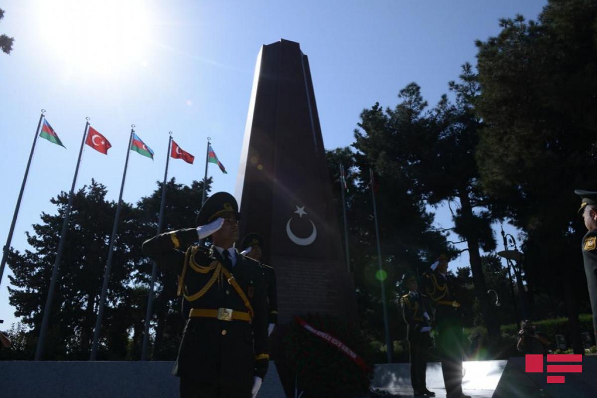 Проходит марш по случаю 103-й годовщины освобождения Баку от оккупации