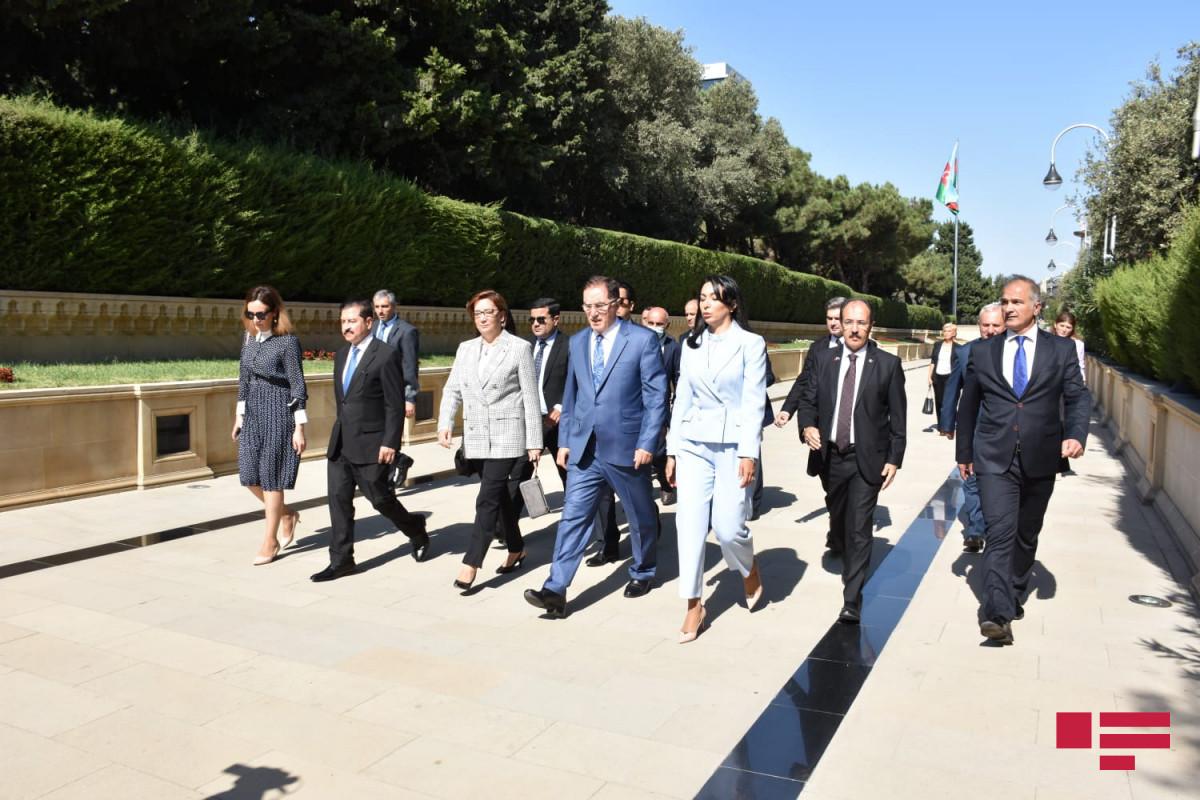 İƏT Ombudsmanlar Assosiasiyasının nümayəndələri Şəhidlər xiyabanı və Türk şəhidliyini ziyarət edib - FOTO