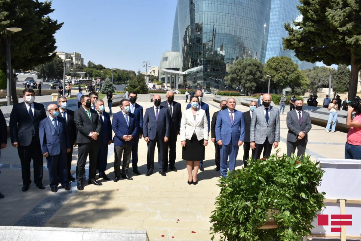 Представители политических партий посетили Мемориал турецким воинам в Баку