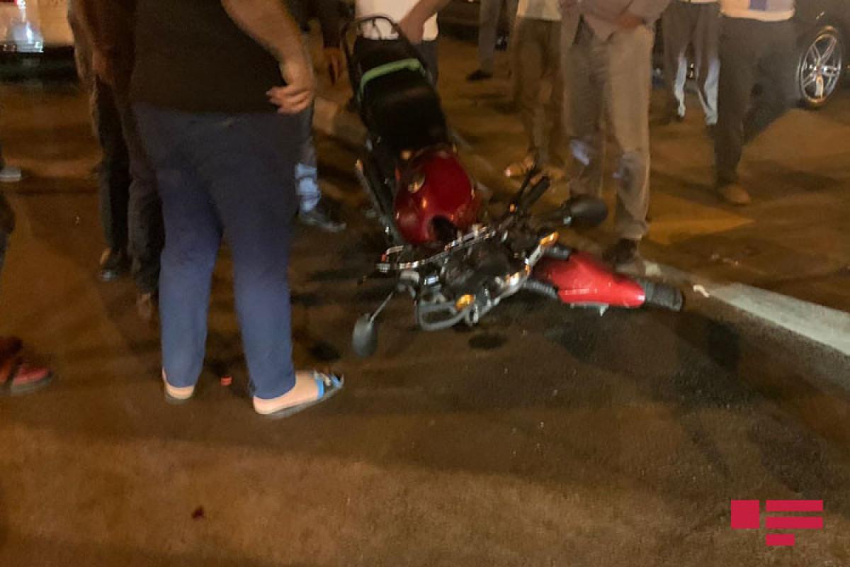 Bakıda motosiklet iki avtomobilə çırpılıb, xəsarət alan var - FOTO  - VİDEO