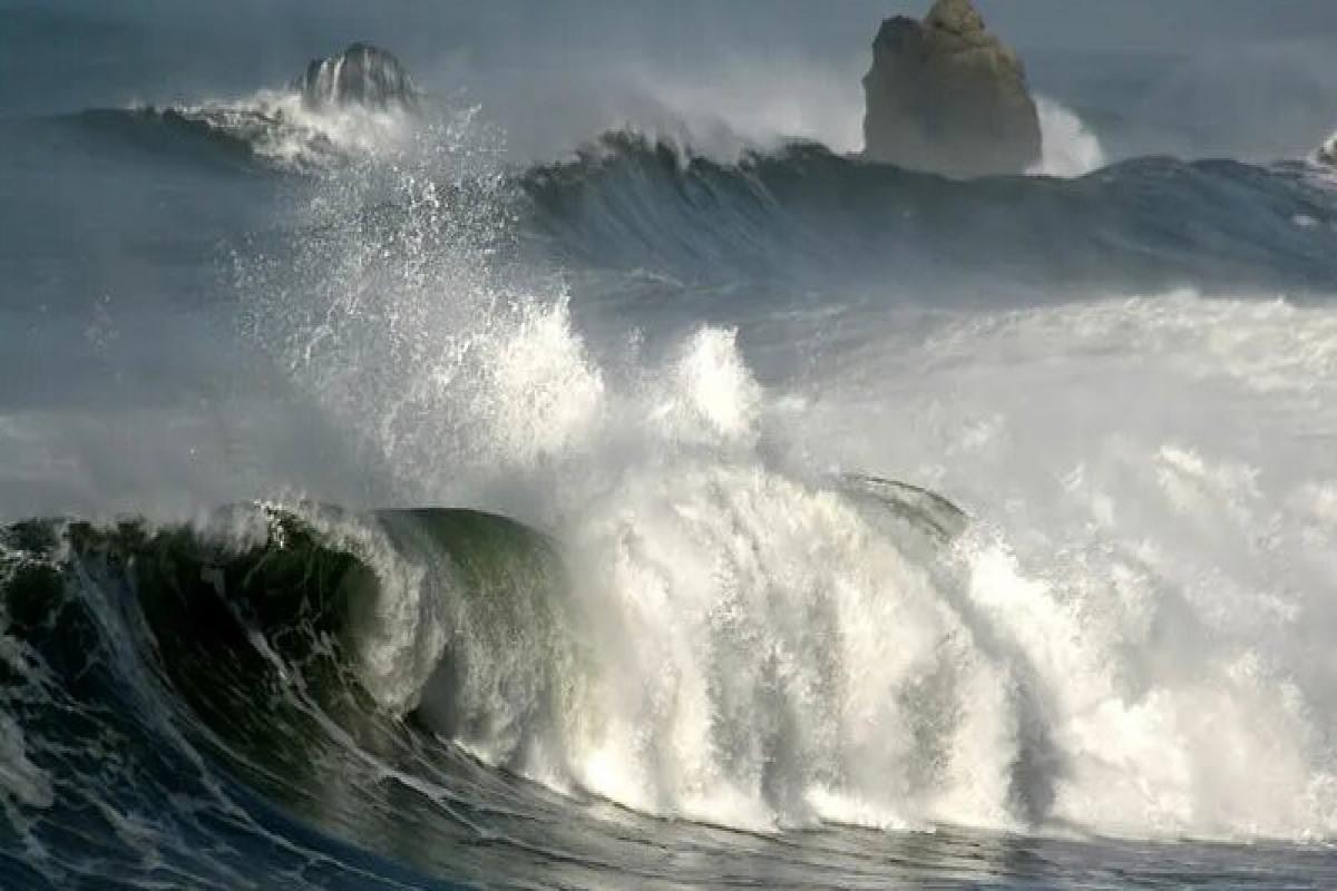 Девять человек утонули во Франции из-за высоких волн на море