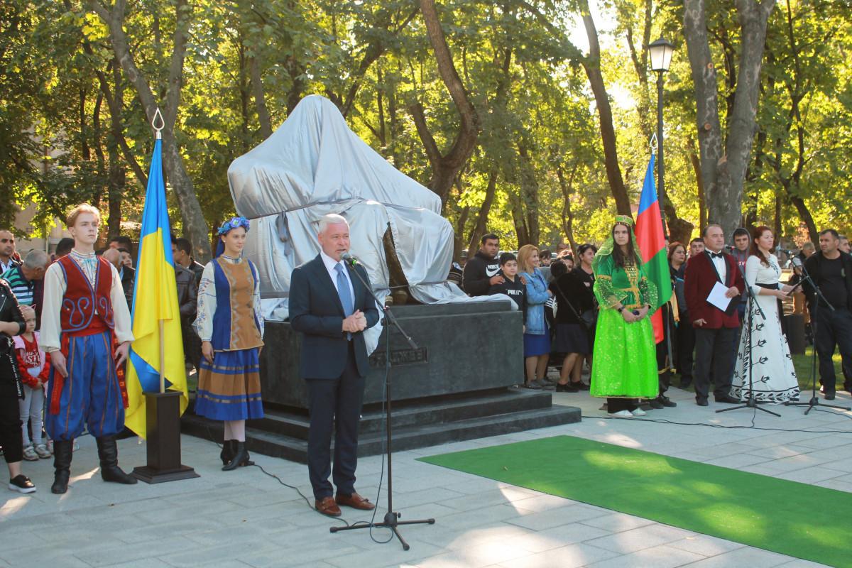 Monument of Nizami Ganjavi  erected in Kharkov-PHOTO