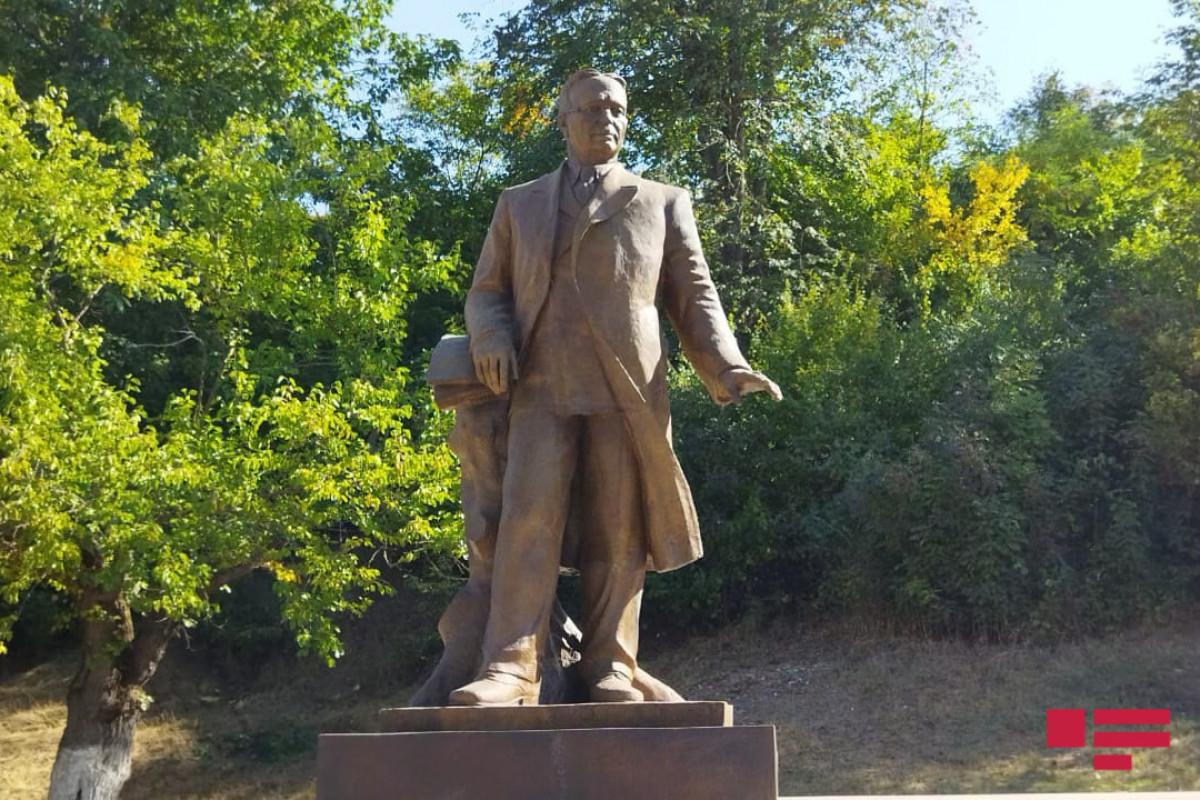 Памятник Узеиру Гаджибейли в Шуше