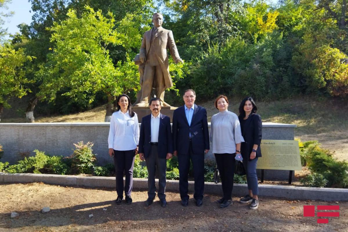 Делегация Ассоциации омбудсменов ОИС осмотрела памятник Узеиру Гаджибейли в Шуше