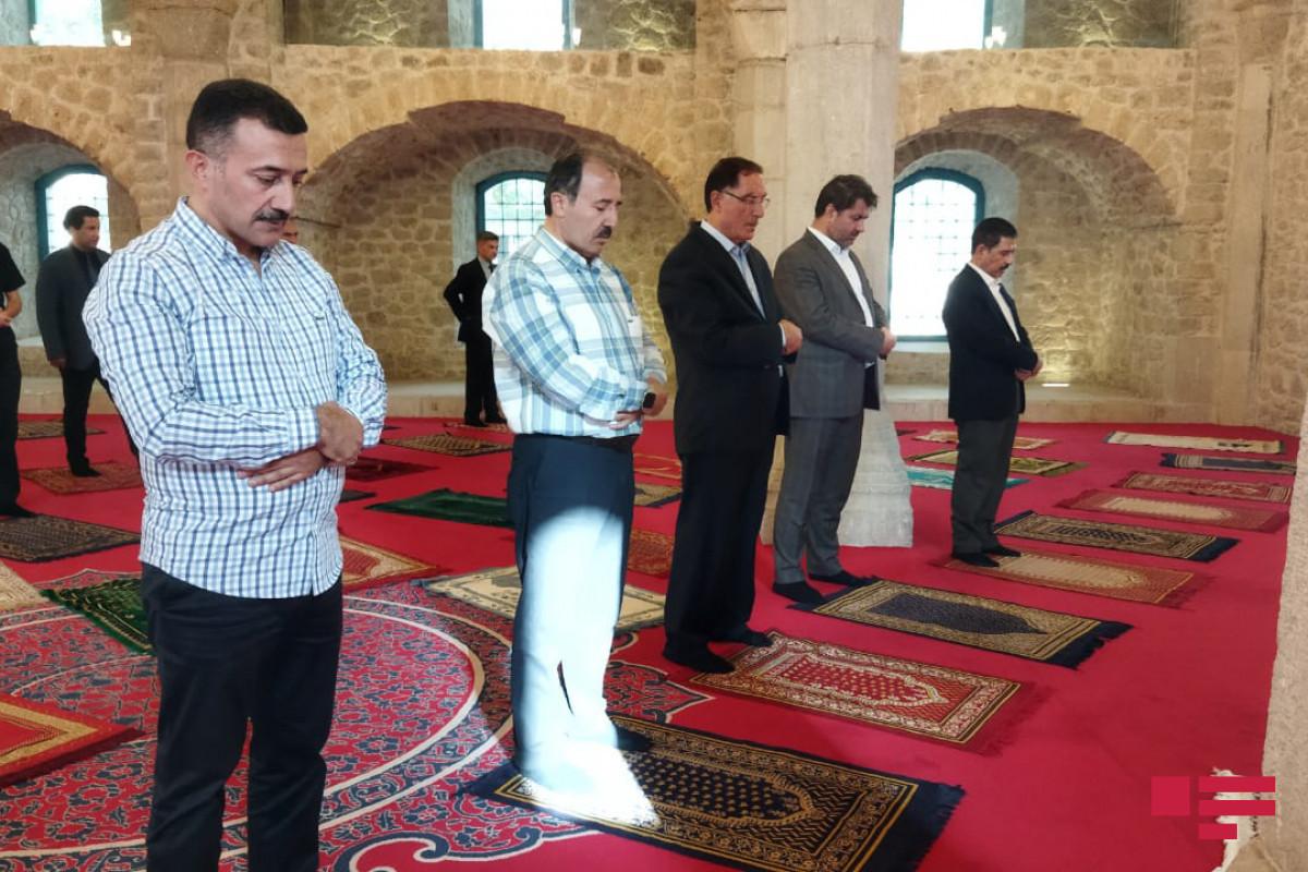Делегация АО ОИС совершила намаз в мечети Юхары Говхар Ага