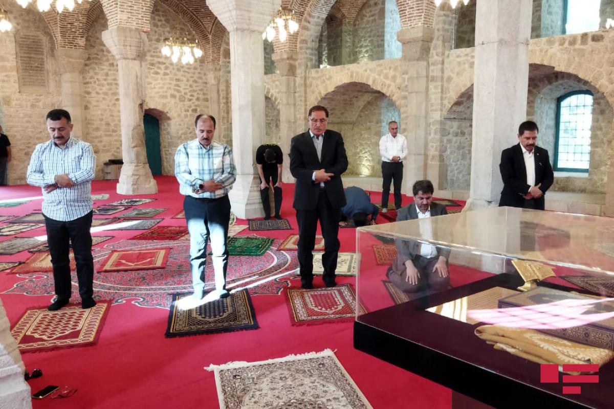 Члены делегации АО ОИС совершили намаз в мечети Юхары Говхар Ага
