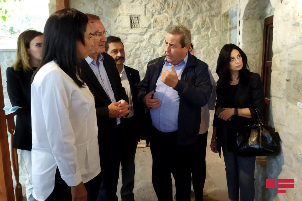 İƏT Ombudsmanlar Assosiasiyasının nümayəndə heyəti Şuşada Bülbülün ev muzeyində