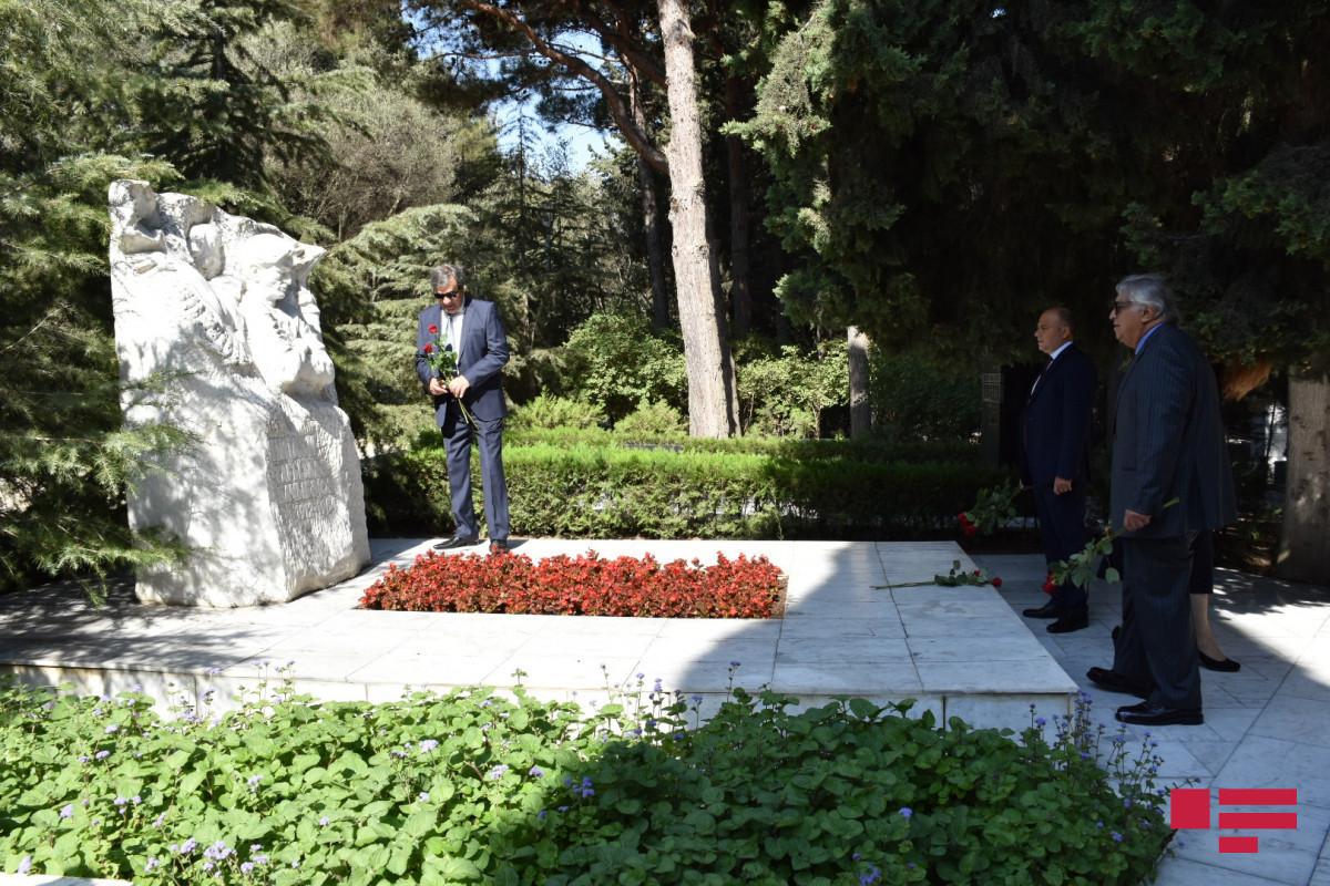 По случаю Дня национальной музыки на Аллее почетного захоронения была посещена могила Узеира Гаджибейли