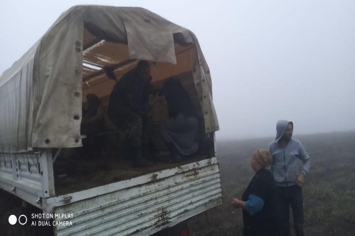 FHN Qusarda leysan nəticəsində köməksiz qalan vətəndaşları xilas edib
