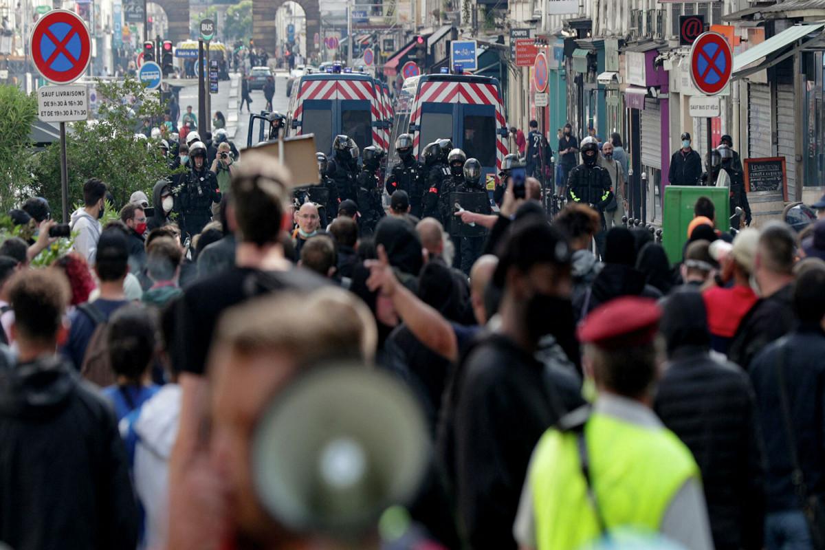 В Париже проходит очередная акция протеста против санпропусков